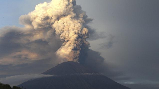 Le volcan Agung crache d'immenses nuages de cendres.