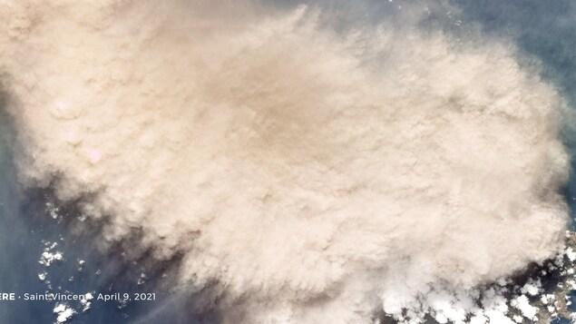 Un nuage de cendres au-dessus de l'île de Saint-Vincent.