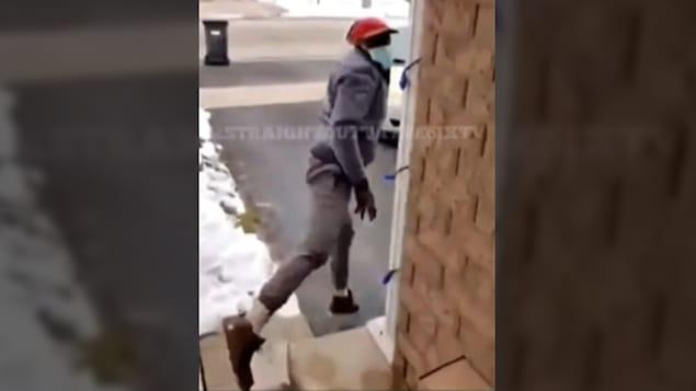 Le présumé voleur s'enfuit après avoir été surpris sur le perron d'une maison en train, selon son propriétaire, de vouloir voler un colis.