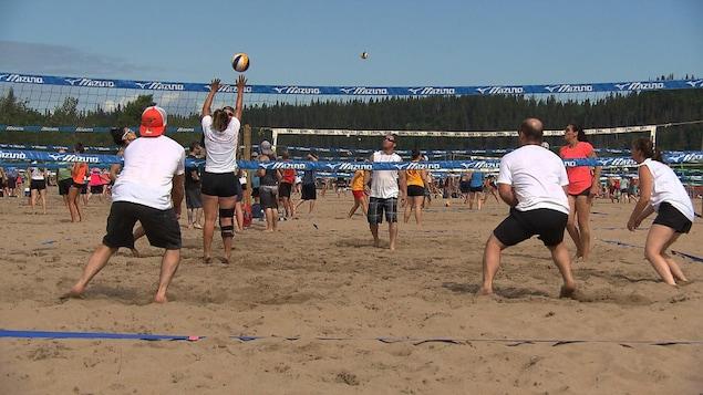 Des participants en action au tournoi Volley-Soleil de Sept-Îles