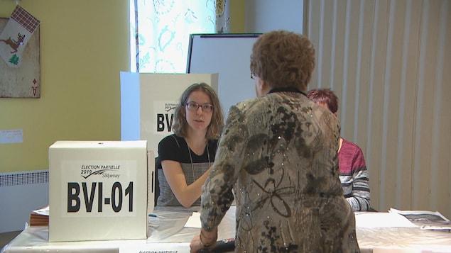 Une citoyenne vote.