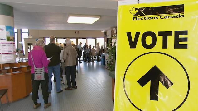 Une file de gens qui attendent pour aller voter aux élections fédérales.