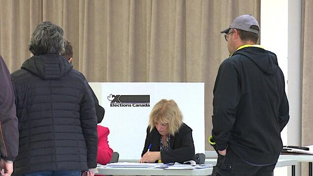 Les employées du bureau de vote de Sept-Îles sont très occupées.