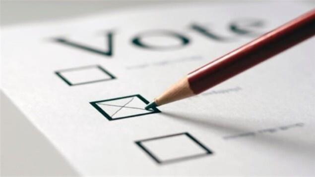 Feuille d'un bulletin de vote avec la mine d'un crayon avec lequel on vient de cocher une case.