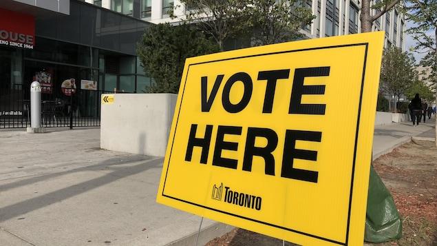 Une affiche indiquant le lieu du vote