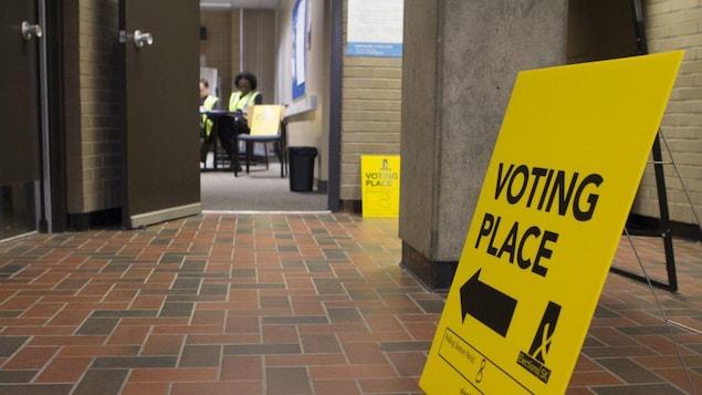 Le corridor de l'Université de Regina mène à un bureau de vote lors des élections provinciales en Saskatchewan.