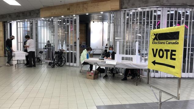 Un bureau de vote dans un centre commercial.