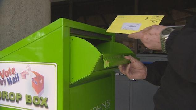 Un électeur dépose son bulletin de vote spécial.