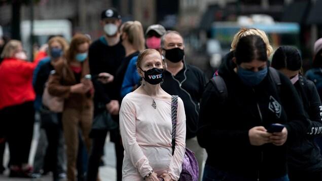 Des électeurs devant un bureau de vote par anticipation à New York.