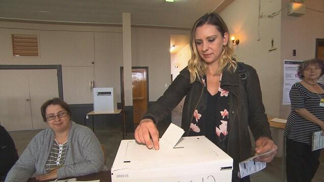 Ruth Ellen Brosseau dépose son bulletin de vote dans l'urne