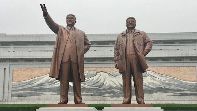 Les statues recouvertes de bronze des deux anciens leaders de la Corée du Nord