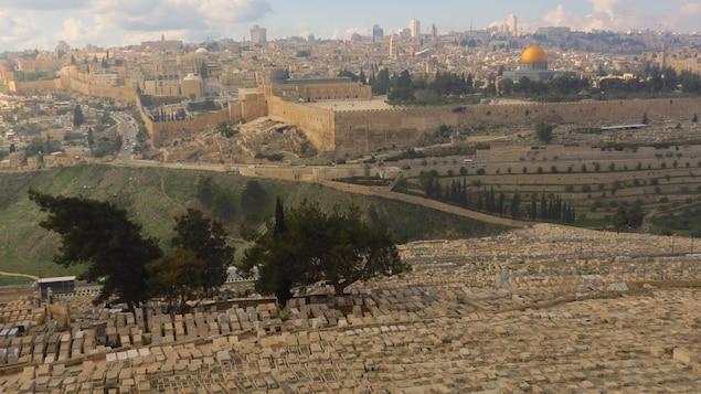Le cimetière juif de Jérusalem, la ville de Jérusalem et le dôme du Rocher