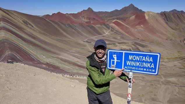 Dominic Munger devant la montagne des sept couleurs, au Pérou