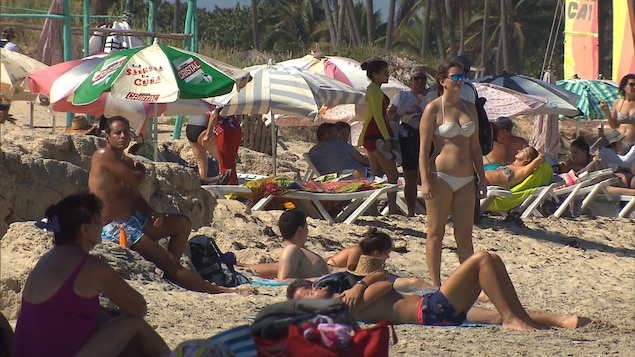 Des vacanciers se prélassent au soleil sur une plage du sud.