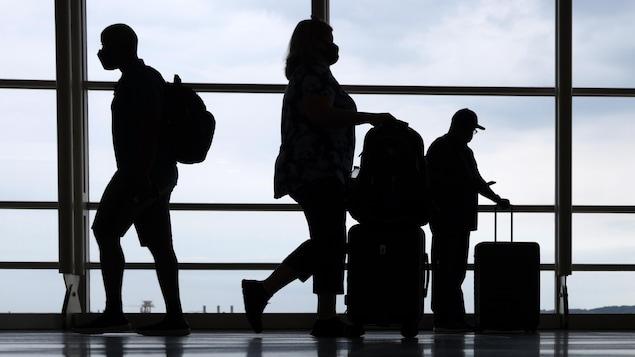 一个机场的过往旅客。