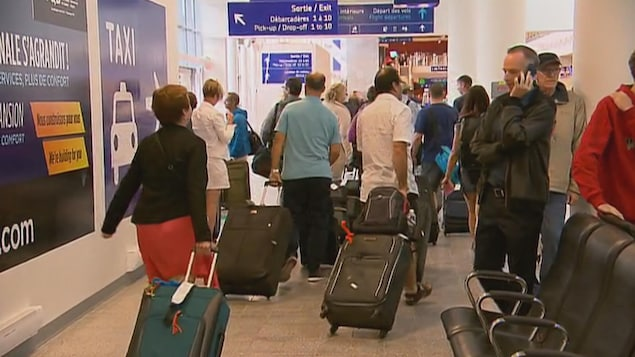 Voyageurs à l'aéroport international Jean-Lesage