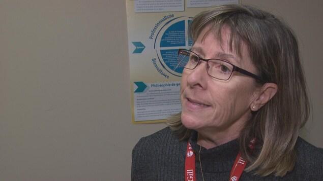Carol McConnery en entrevue à Radio-Canada dans un bureau.