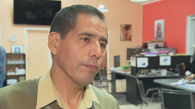 Martin Santos en entrevue dans un bureau.