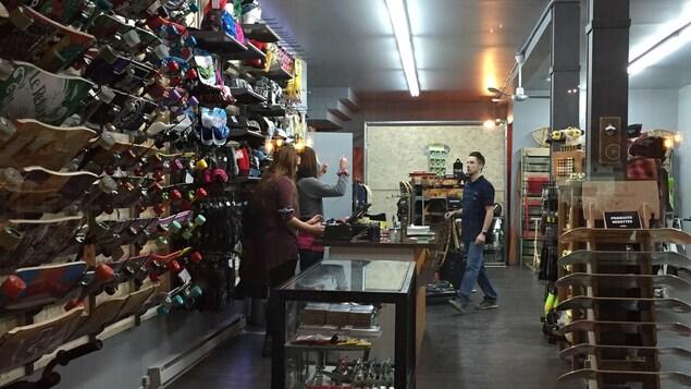 Une boutique où on vend des planches à roulettes et des vêtements.