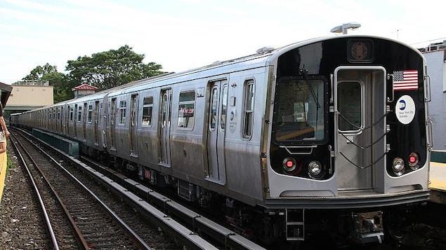 Un métro attend sur la voie ferrée.