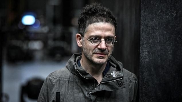 Portrait de Wajdi Mouawad, qui porte des lunettes.