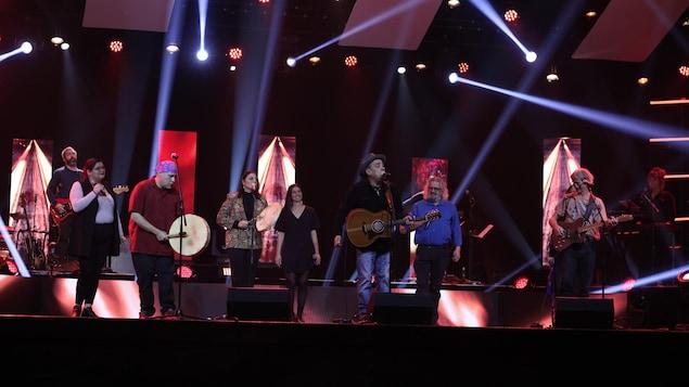 Des artistes sur scène.