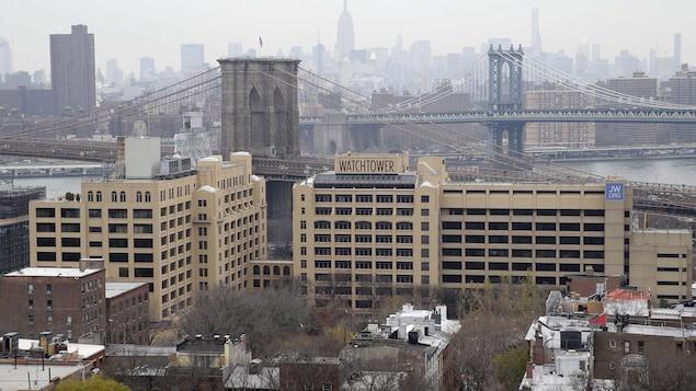Vue panoramique du complexe de plusieurs étages, avec Manhattan en arrière-plan.