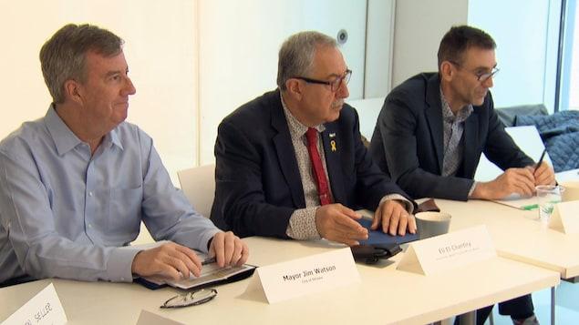 Le maire d'Ottawa, Jim Watson, accompagné du conseiller Eli El-Chantiry et de Pierre Poirier lors d'une réunion.