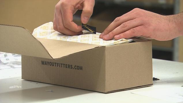 Boîte que le propriétaire s'apprête à envoyer par la poste à un client le jour du Cyberlundi.