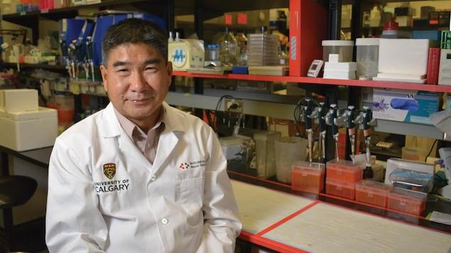 Le Dr Wee Yong en blouse blanche est assis dans un laboratoire.