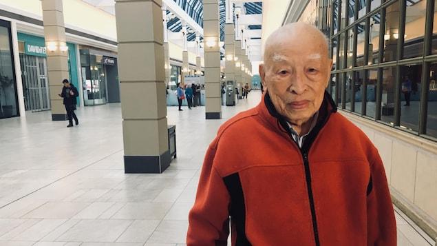 Wei-Foung Yuan se tient debout dans un centre commercial de Richmond.