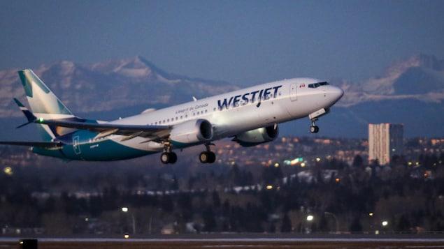 Un avion de la compagnie WestJet décolle.