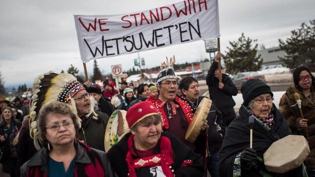 Le chef héréditaire Ronnie West, au centre, en compagnie d'autres manifestants lors d'une marche de solidarité envers la Nation Wet'suwet'en, à Smithers, en C.-B.