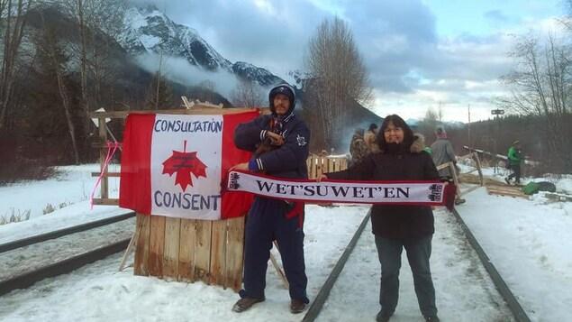 Des manifestants bloquent des voies ferrées dans le nord de la C.-B.