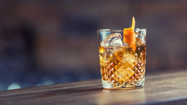 Un cocktail posé sur un bar.