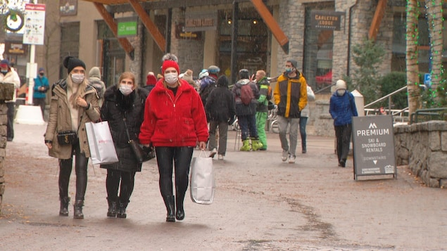 Des piétons déambulent dans une rue du centre-ville de Whistler.