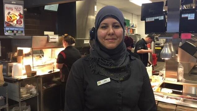 Wiam Eoukicha, originaire du Maroc et étudiante au collège communautaire est maintenant gérante au McDonald
