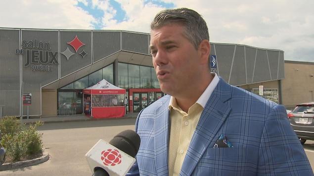 William Trudel en entrevue devant le Salon de jeux de Québec de Fleur de lys centre commercial.