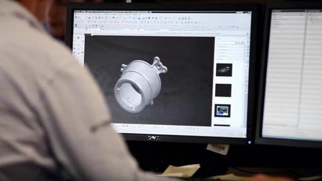 Un ingénieur dessine une pièce par ordinateur à l'usine de l'équipe Williams F1 à Grove en Angleterre.