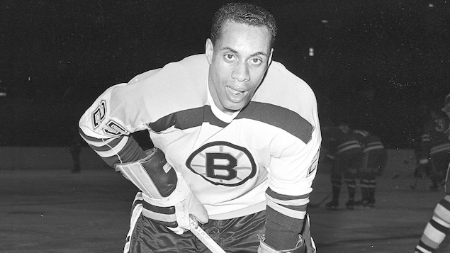 Photo de Willie O'Ree dans l'uniforme des Bruins de Boston