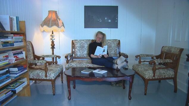 Wina Forget lit un livre au Château Landry.