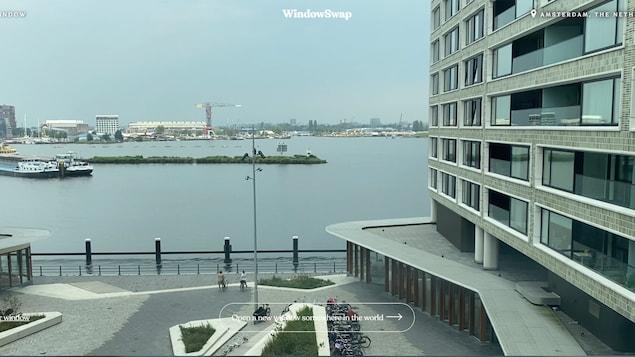 Capture d'écran du site Internet de Window Swap qui montre la vue d'un port depuis une fenêtre à Amsterdam.