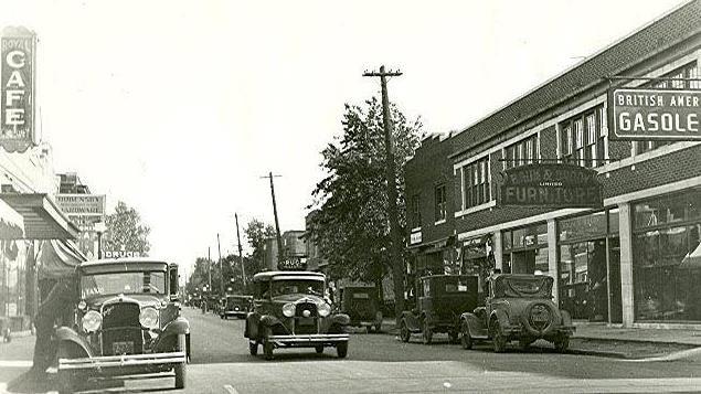 Quelques commerces et voitures du début du 20e siècle.