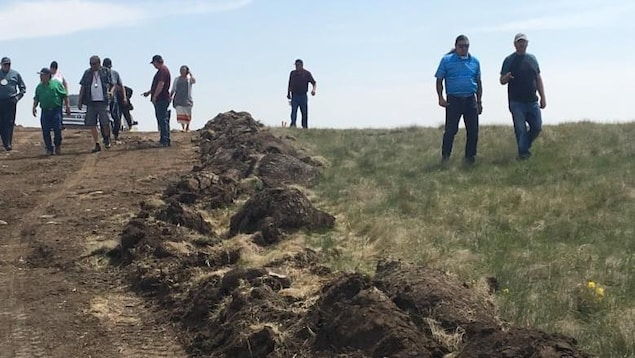 Un groupe d'autochtones visite le terrain où la route sera construite.