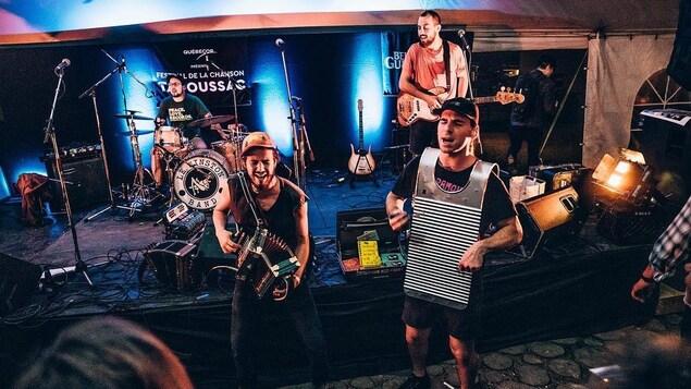 Un groupe de musique rock en concert.
