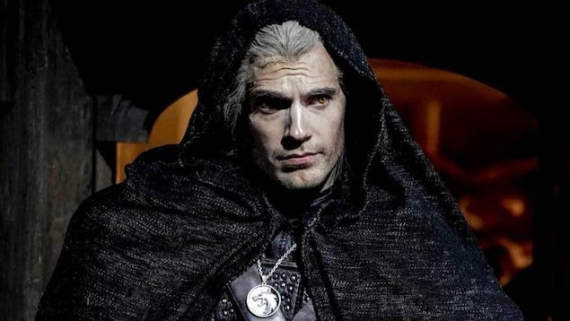 Henry Cavill porte un vêtement noir à capuche.