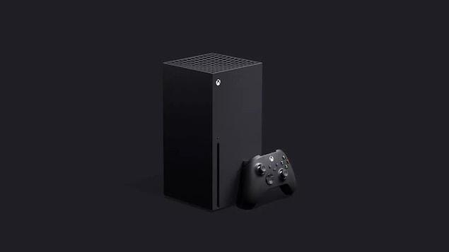 La console Xbox Series X, une grande tour rectangulaire, à côté de sa manette.