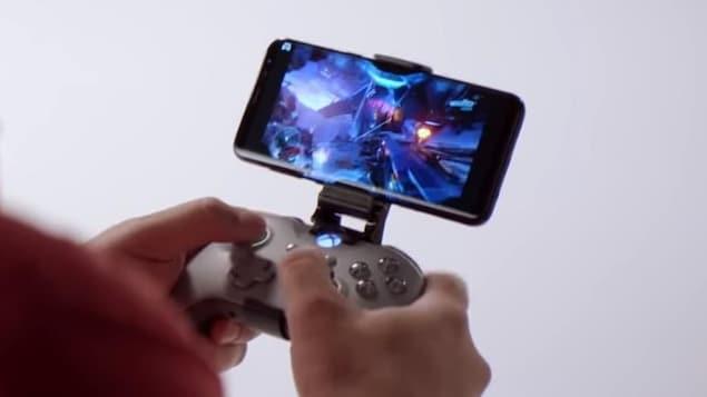 Une personne joue à un jeu vidéo sur son téléphone mobile à l'aide d'une manette Xbox.