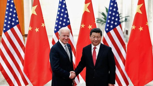 Joe Biden et Xi Jinping se serrent la main.