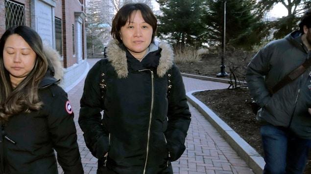 Xiaoning Sui marche à l'extérieur.